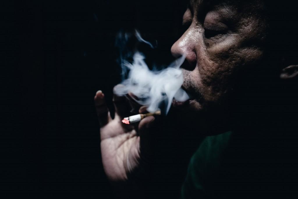 抽菸除了對肺部有害外,也會提高心血管、腦中風和糖尿病的風險。圖片取自Unsplash,拍攝者:Ali Yahya。