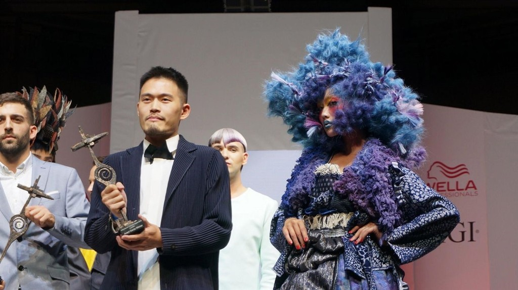 唐威14日在有「美髮界奧斯卡」之稱的英國倫敦創意髮型秀Alternative Hair Show奪得「最佳前衛造型獎」冠軍。