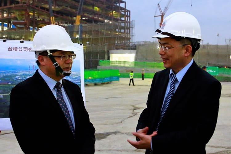 Li Meng-yen, left, with TSMC executive. (Image from Li Meng-yen's Facebook)
