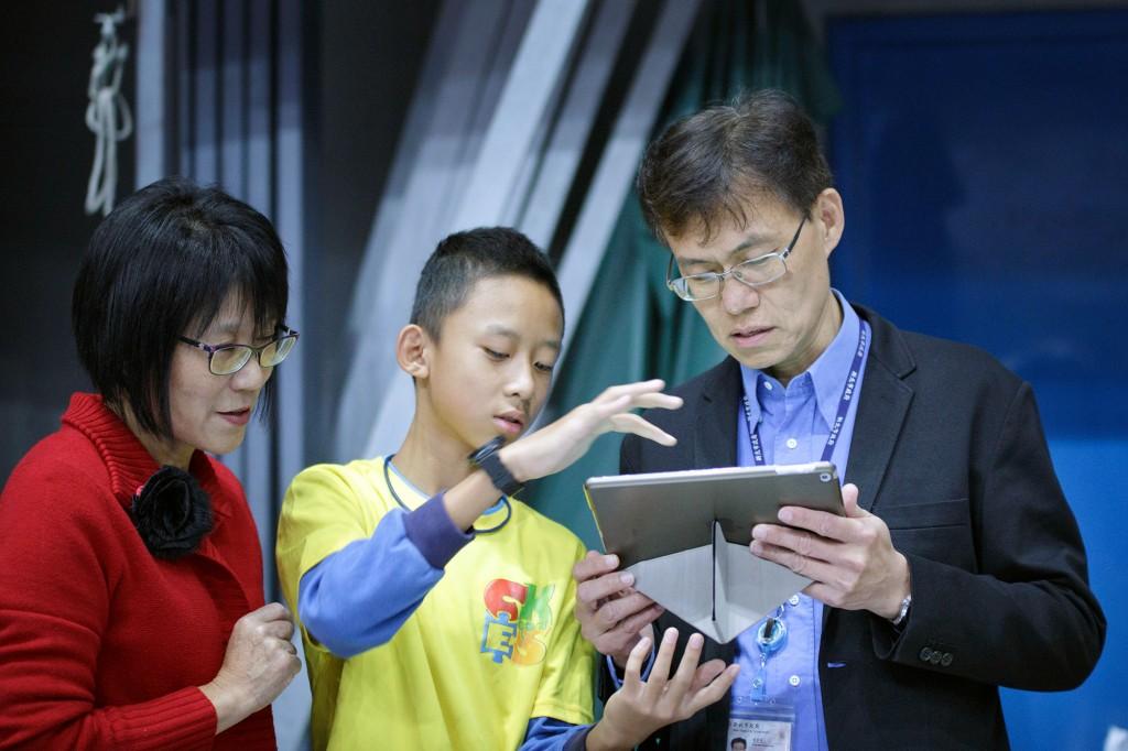 學生向蔣偉民副局長解釋程式操作流程(圖片提供:新北市)