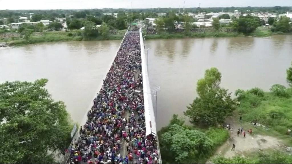 中美瓜地馬拉與墨西哥邊境橋梁,可見大批移民(美聯社)
