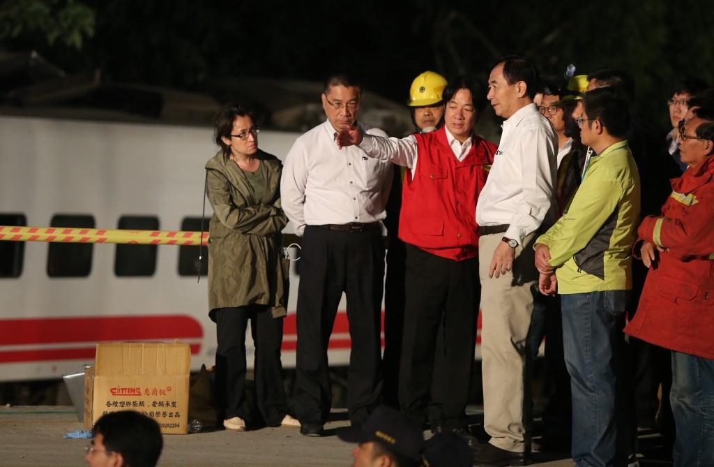 臺鐵普悠瑪列車21日在宜蘭發生出軌事故,行政院長賴清德(左3紅色背心者)深夜抵達 事故現場了解急救狀況(照片來源:中央社提供)