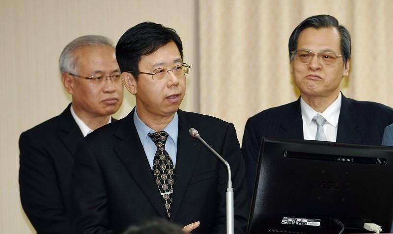 Investigation Bereau Director General Leu Weng-jong (front left)