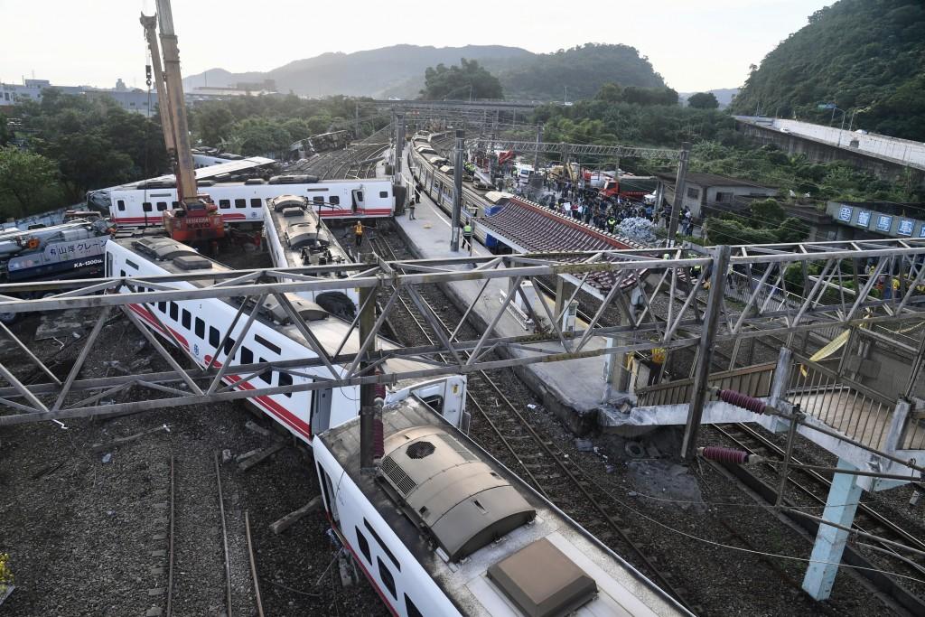 台鐵6432車次普悠瑪列車21日在宜蘭新馬站附近出軌,多節車廂翻覆變形。