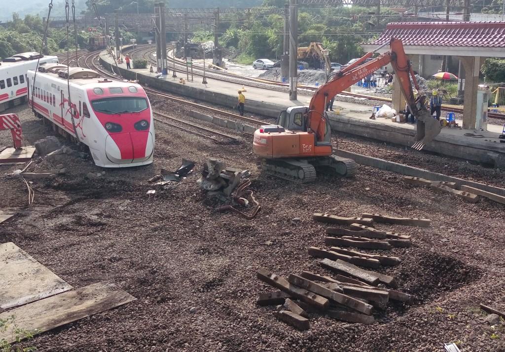 台鐵普悠瑪列車21日在宜蘭發生嚴重死傷事故,台鐵23日表示,事故路段預定在24日清晨修復完成,恢復雙向通車。