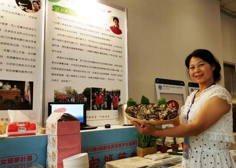 圖為去年度圓夢計畫得獎者陳長花女士,她的「我的蚵學家」夢想,希望將家中養蚵事業轉型,也希望藉此推廣東石蚵產,增加就業機會,使年輕人能回鄉發