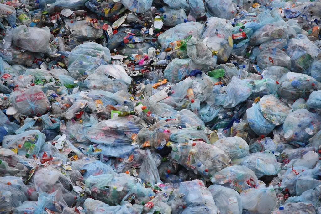 英達島進口大量已開發國家的塑膠廢料。(Pixabay)