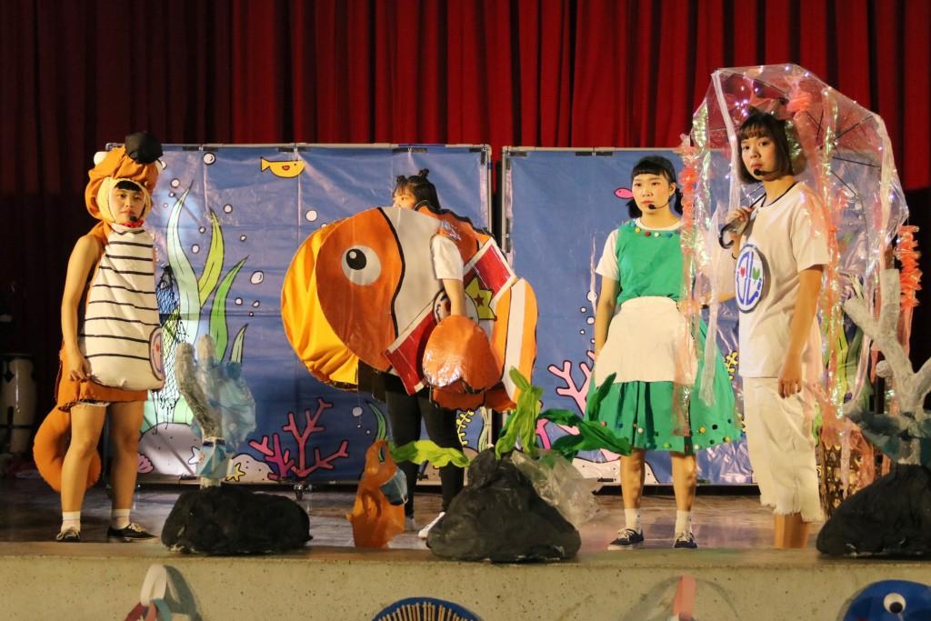 弘光幼保系學生編兒童劇巡迴偏鄉,義演提倡海洋環保少用塑膠。(弘光科大提供)
