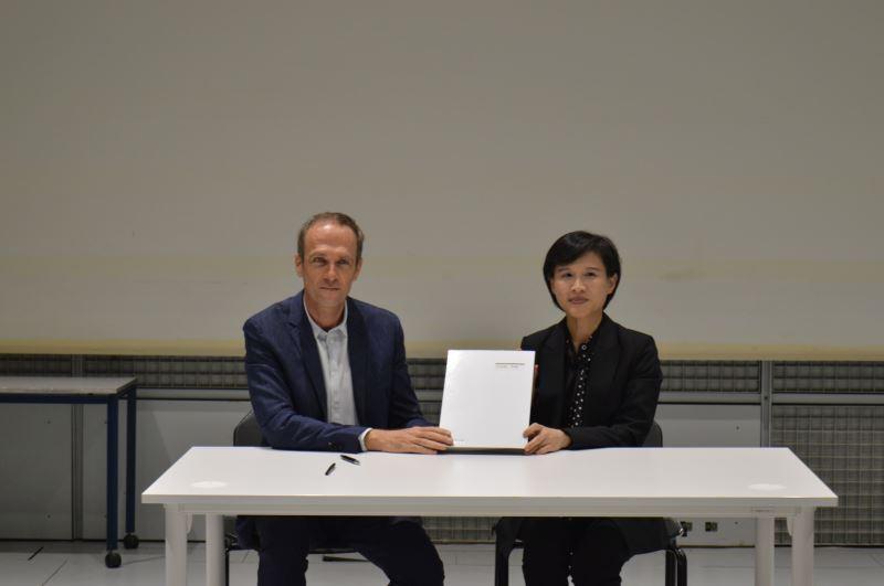文化部長鄭麗君9月親赴法國,與法國音樂與聲響研究中心總監馬德內(左)簽署合作意向書,確立將合作於C-LAB設立聲響實驗室(照片來源:文化部