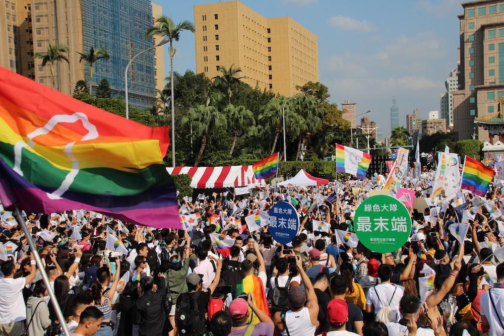 2018 臺灣同志大遊行主題為「性平攻略由你說.人人 18 投彩虹」(攝影:史修齊)