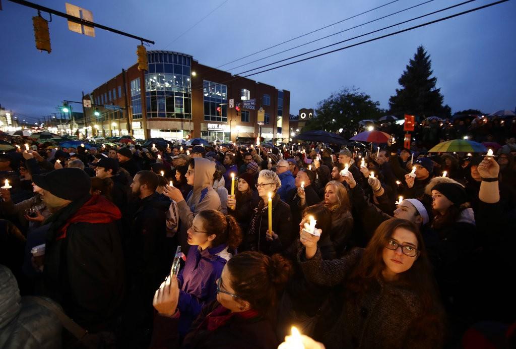 匹茲堡Squirrel Hill社區居民在事件發生後當晚手持燭光為罹難者及傷者祈禱。 (AP Photo/Matt Rourke)