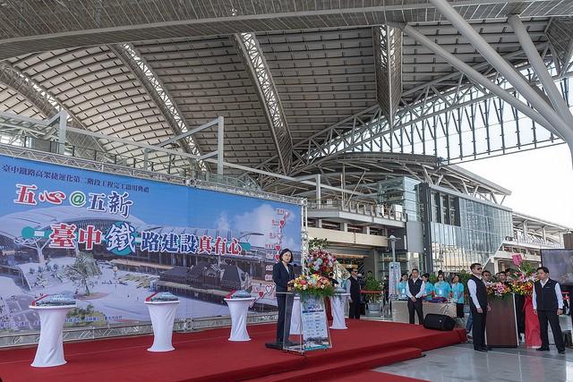 蔡英文總統今(28)日上午出席「臺中鐵路高架捷運化第二階段工程完工啟用典禮」(圖片提供:總統府)