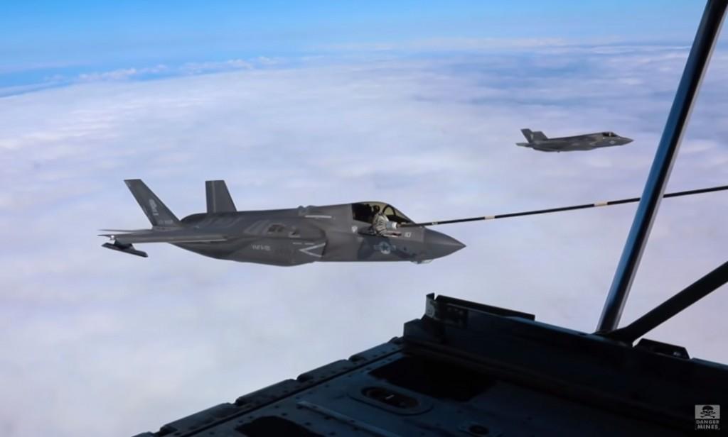 隸屬於美國海軍陸戰隊VFMA-121中隊的3架F-35B戰機,23日從日本岩國基地起飛,在東海上空進行空中加油。(圖擷自YouTube)