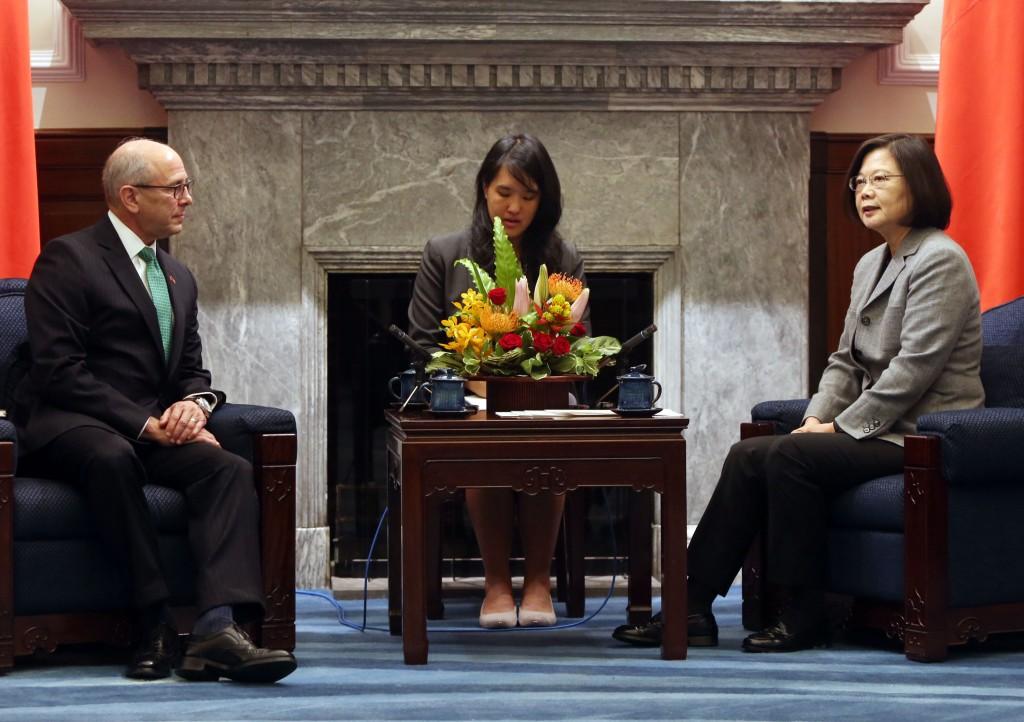 總統蔡英文30日在總統府接見美國智庫國家亞洲研究局學者專家訪問團(照片來源:中央社提供)