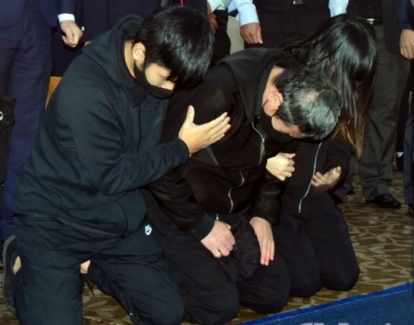 Yu (center) kneeling.