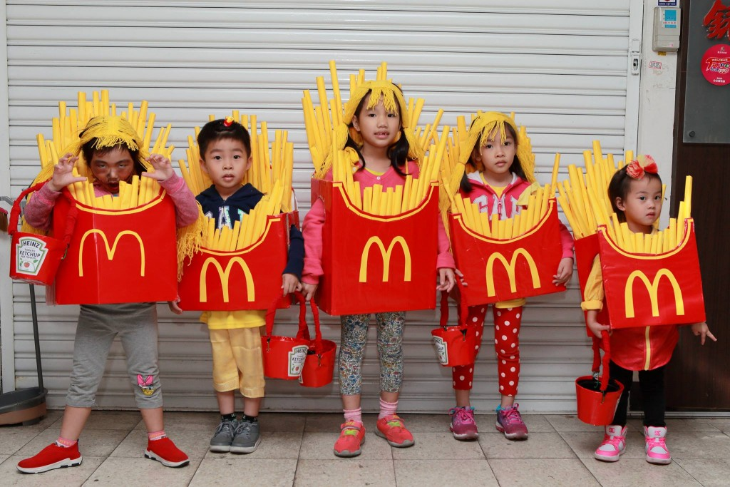 Cute kids dressed as French fries for Halloween. (Photo by 周豊祐)
