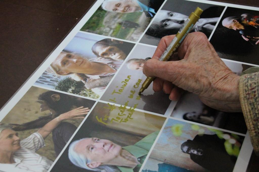 國際著名黑猩猩專家珍古德博士(Dr. Jane Goodall) 為義美簽名留念。