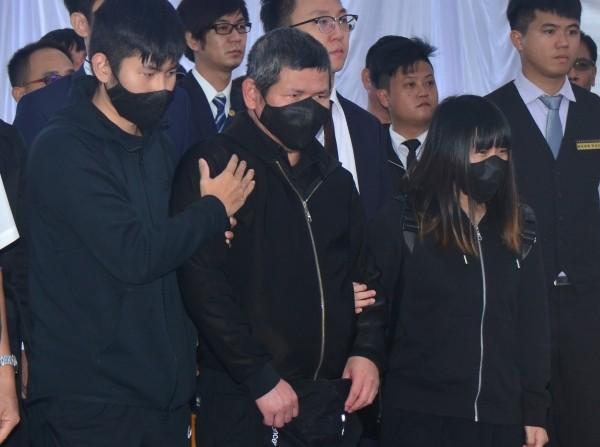 Yu (center).