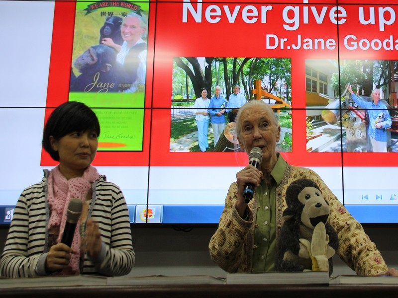 Jane Goodall, right, with Jane Goodall Institute of Taiwan Executive Director Kelly S.C. Kok