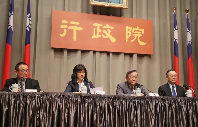 行政院發言人Kolas Yotaka(谷辣斯.尤達卡)(左2)、法務部次長陳明堂(右2)、文化部次長蕭宗煌(左)、內政部警政署署長陳家欽(