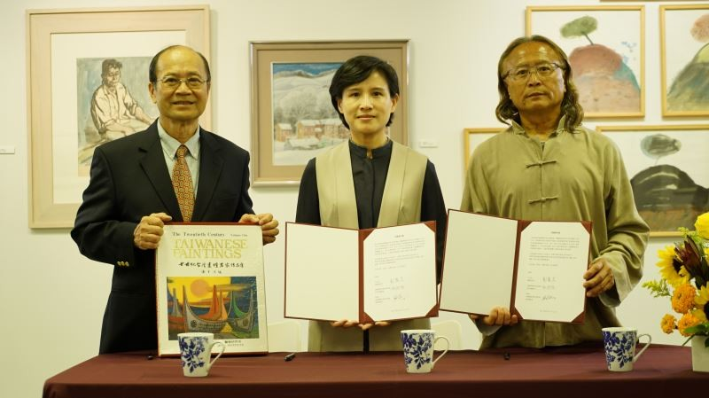 Minister Cheng (center) and curator Chen (right) (MOC website)