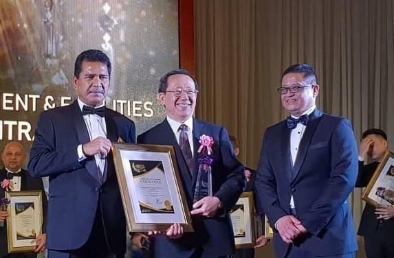 Hsu Da-wei (center), of the Economic Division at TECO in Malaysia, joined by Tourism Malaysia Dep. Dir-Gen. Dato' Sri Abdul Khani Daud (left) and MTC ...