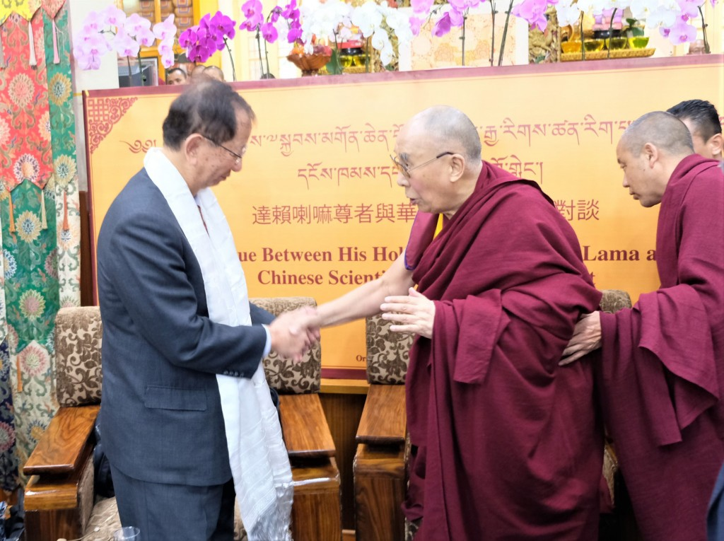 Former Academia Sinica President Lee Yuan-tseh (left) greets the Dalai Lama in Dharamsala.