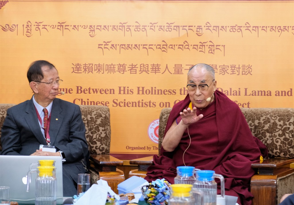 西藏精神領袖達賴喇嘛(右)與前中研院院長李遠哲今天在「達賴喇嘛與華人量子科學家對談」閉幕致詞,達賴喇嘛認為這場對話最可能在台續辦。中央社記