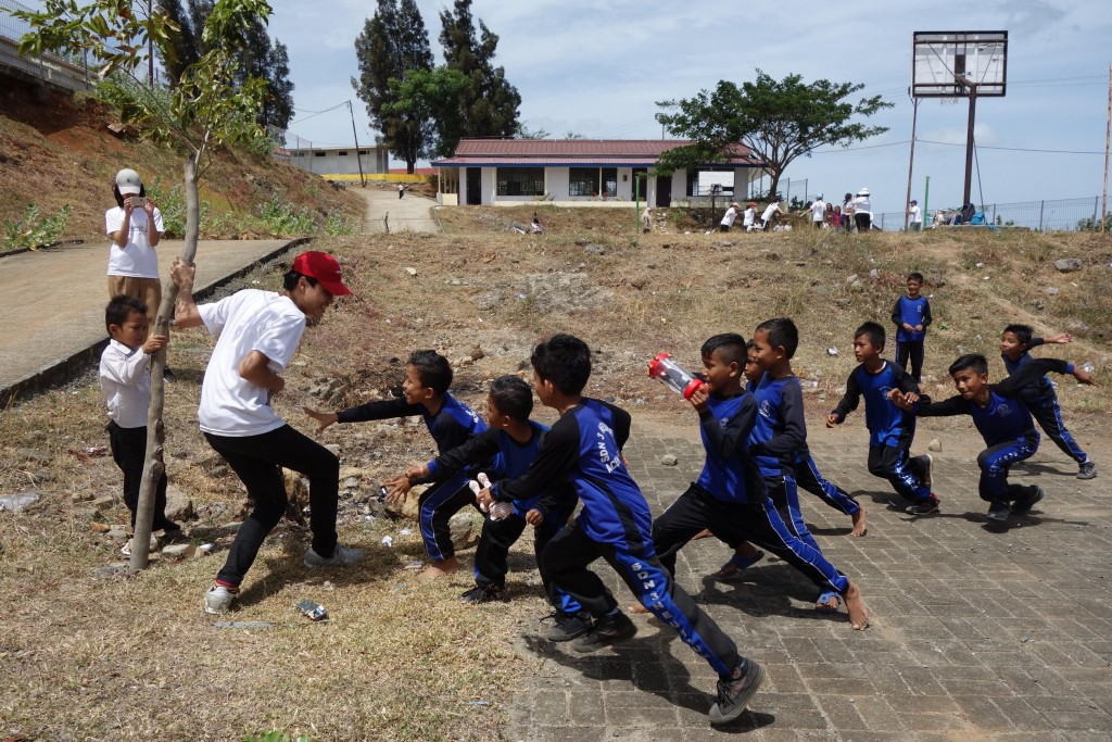 永春高中前往印尼海嘯重建村帶領國小生進行團康活動(圖片:台北市政府)