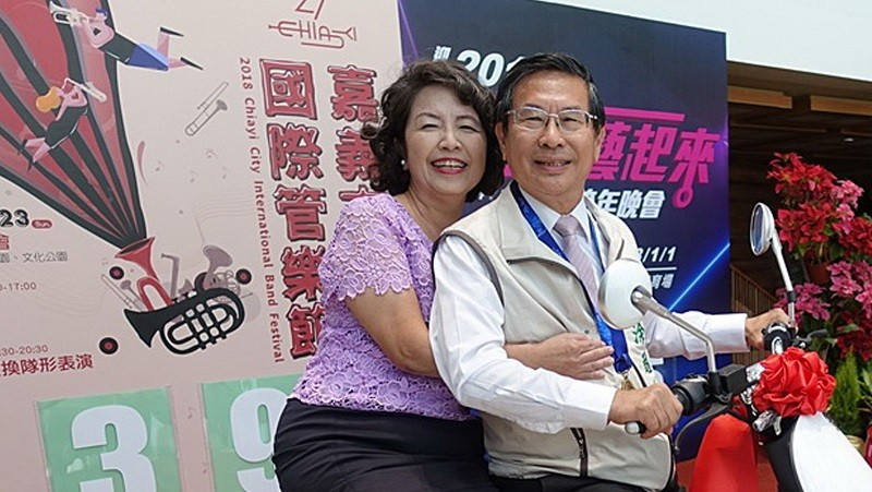 Chiayi Mayor Twu Shiing-jer (right) and his  wife Cheng Yu-juen at Monday's press conference