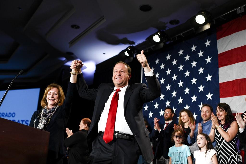 民主黨波利斯(Jared Polis)與競選夥伴Dianne Primavera 6日連袜出席記者會宣布勝利。波利斯選也將成為美國史上首位