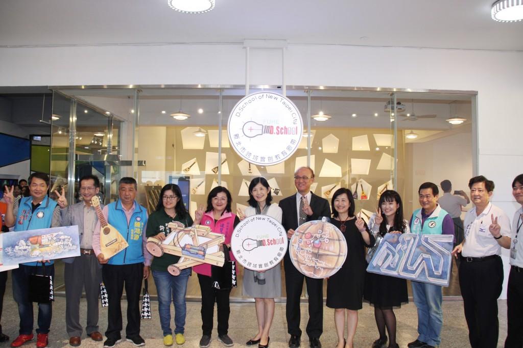福和國中跨域實創教育廊帶揭牌-呂副市長與來賓合影留念。(照片由新北市政府提供)