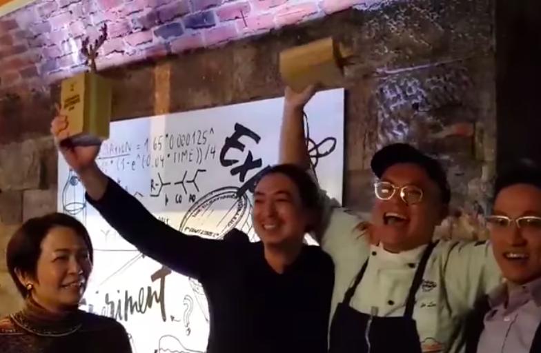 「2018全球格蘭菲迪調酒實驗大賽」冠軍隊伍為台灣「蜷尾家」創辦人李豫(右2)以及TCRC調酒師蔡懷之(左3)(圖擷取自影片)