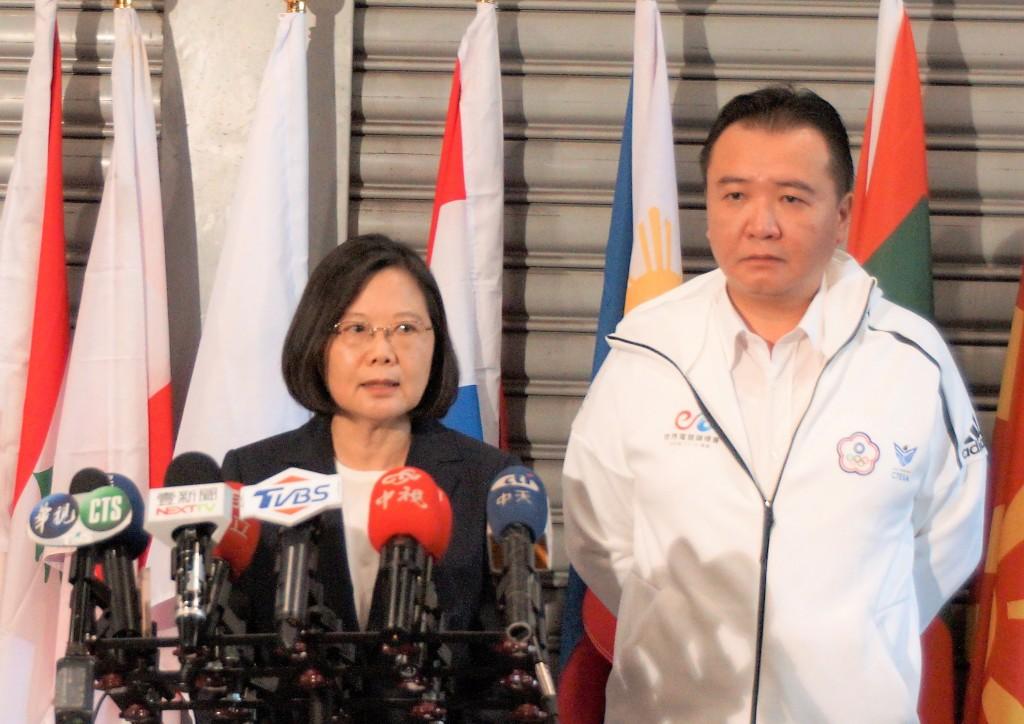 President Tsai Ing-wen (left) with acting Kaohsiung Mayor Hsu Li-ming.