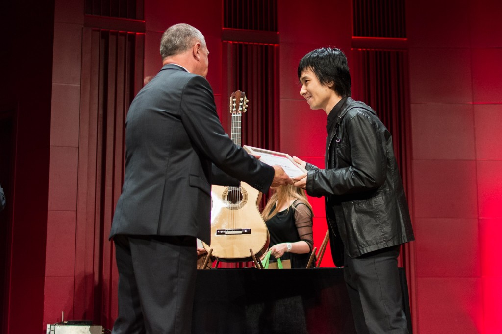 Lin Chia-wei receiving his prize (Photo from Silesian Guitar Autumn Facebook page)