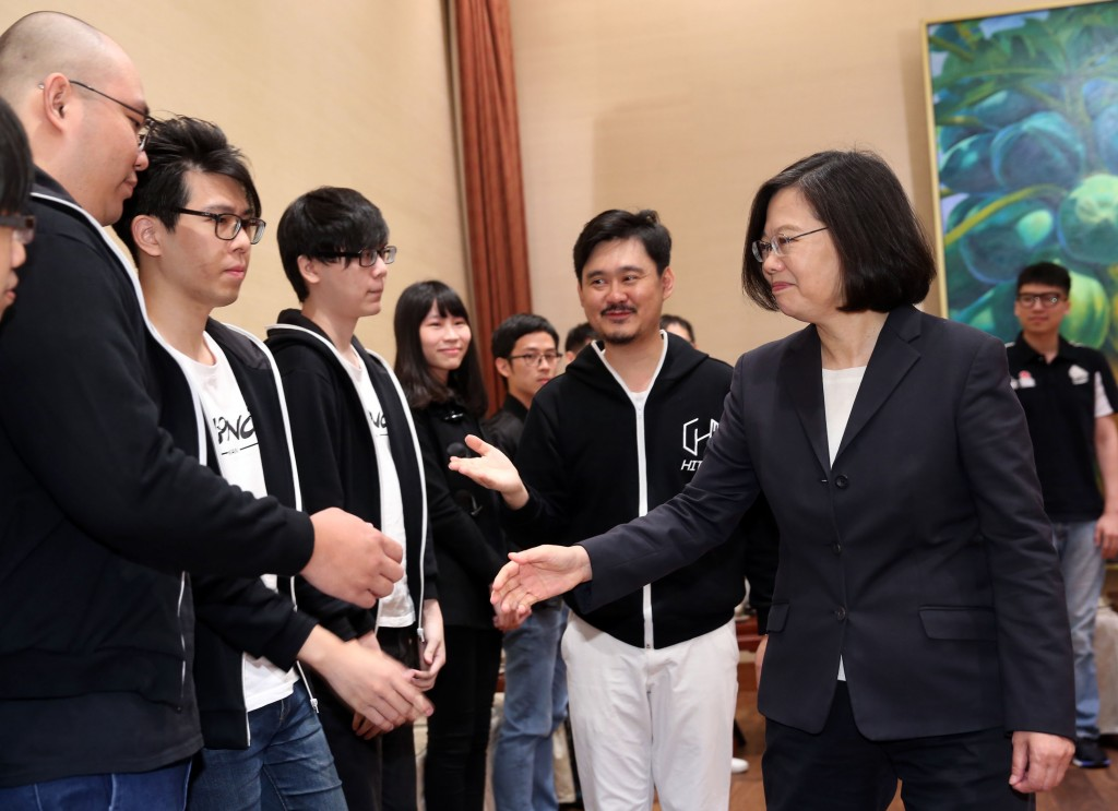 President Tsai Ing-wen meets with two Taiwanese teams that participated in August in the DEF CON on Nov. 13 (Source: CNA)