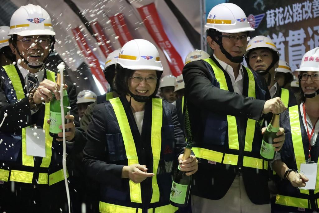 蘇花改工程8座隧道歷經2800多天,最後一座仁水隧道13日舉行貫通典禮。總統蔡英文(前左2)主持貫通儀式,安排在仁水隧道南口由碎石機鑽透,