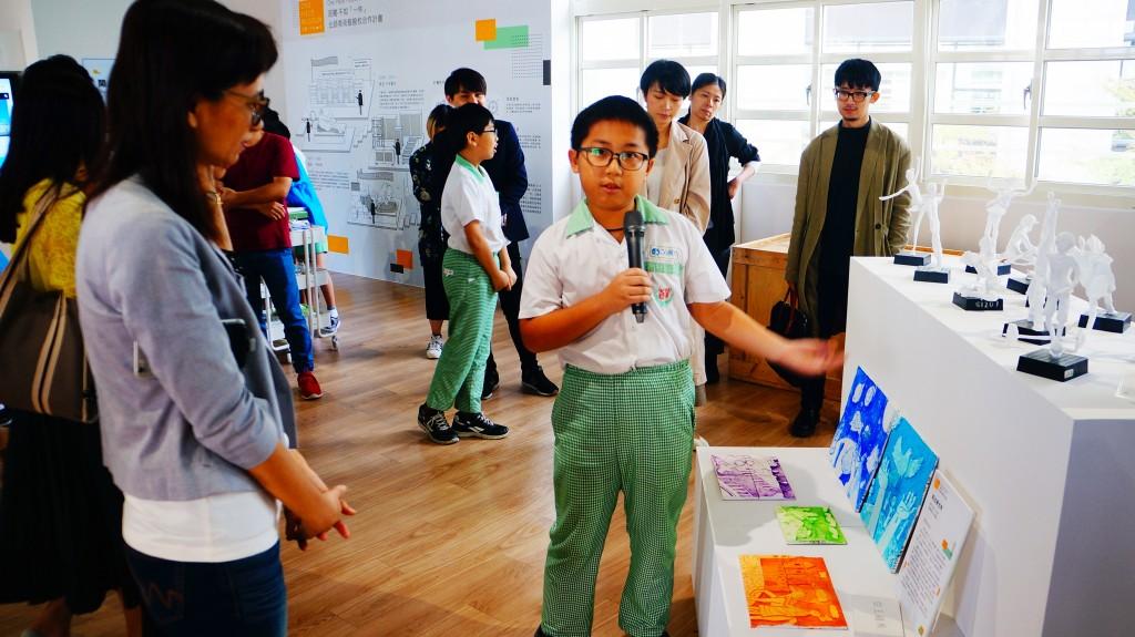新北第五間微型美術館於鷺江國小開幕-黃副局長聽取學生介紹作品。