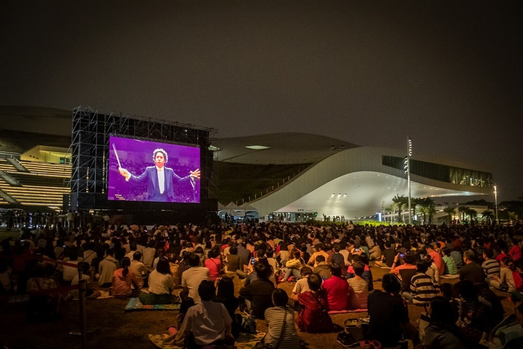 Thousands watch Berlin Philharmonic outside theater. (Image from The Management of New Arts)