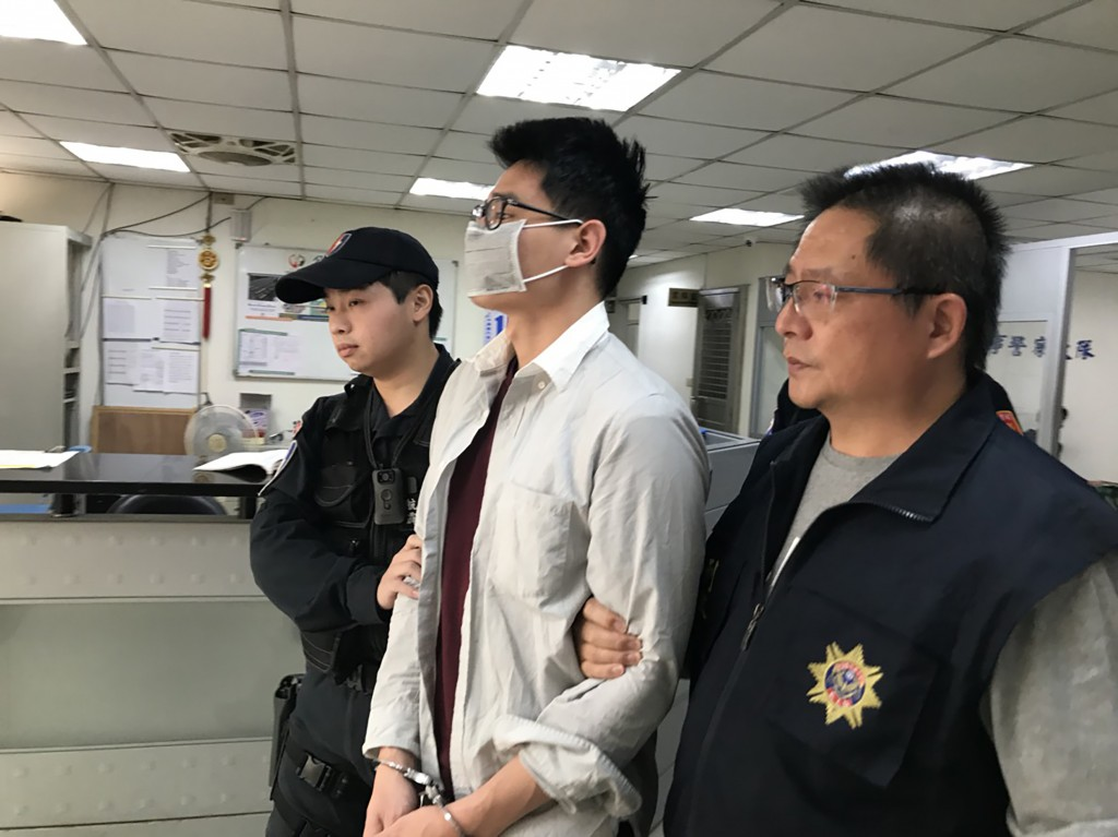 Taoyuan airport police nabbed a U.S. citizen (center) with 100 bullets in his carry-on luggage.