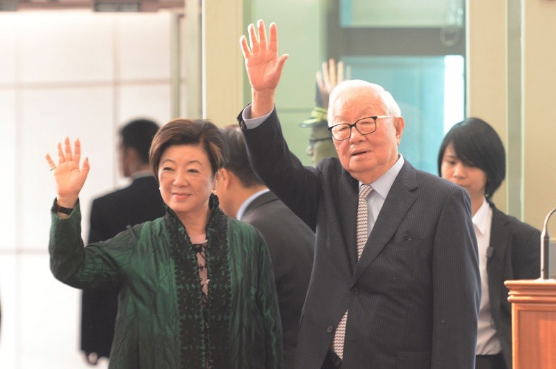 Taiwan representative Morris Chang (right) and his wife Sophie Chang leave for the APEC summit Friday.