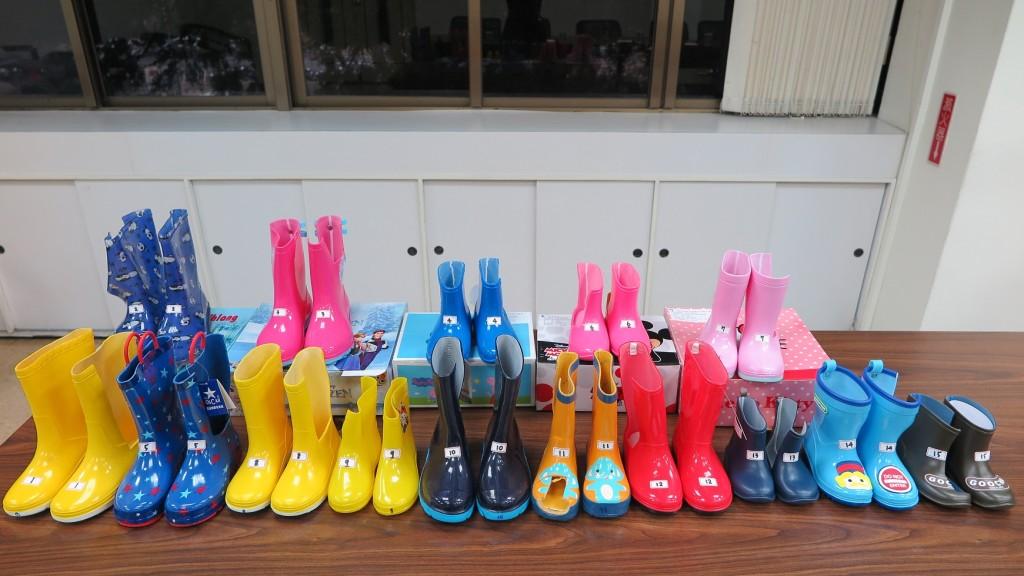 標檢局抽驗兒童雨鞋, 15款中有3件塑化劑含量超標,兩款日本知名品牌甚至超標逾370倍。(經濟部標準檢驗局提供)