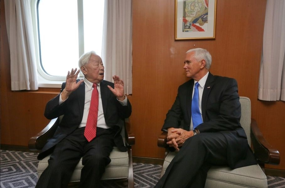 Taiwan envoy Morris Chang (left) met U.S. Vice President Mike Pence at APEC Saturday (photo courtesy of twitter.com/mofa_taiwan)