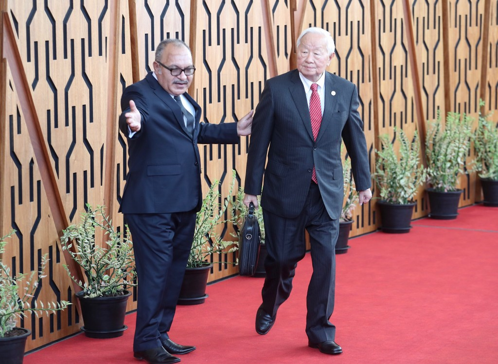 Taiwan's APEC envoy Morris Chang (right) with host country Papua New Guinea's Prime Minister Peter O'Neill.