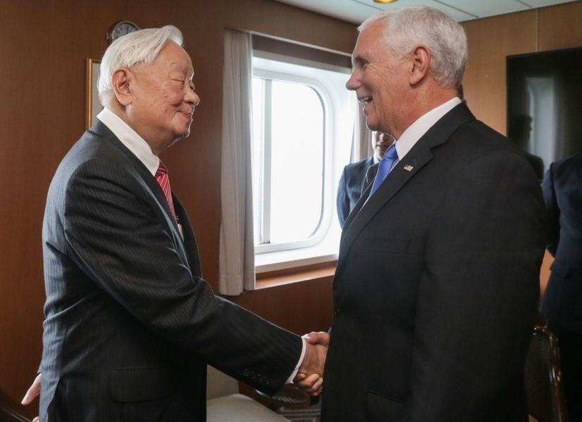 APEC代表張忠謀(左)17日下午與美國副總統彭斯在APEC場邊會談(圖/外交部推特)