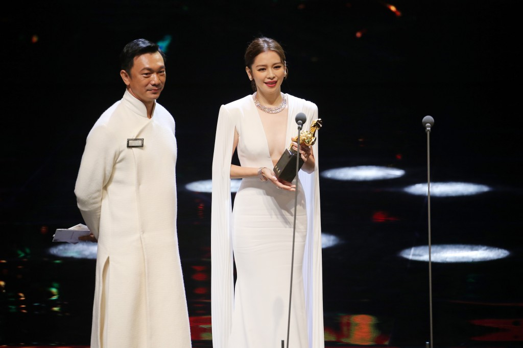 Huang Hsin-yao (黃信堯), left, and Vivian Hsu (徐若瑄) announce award winner.