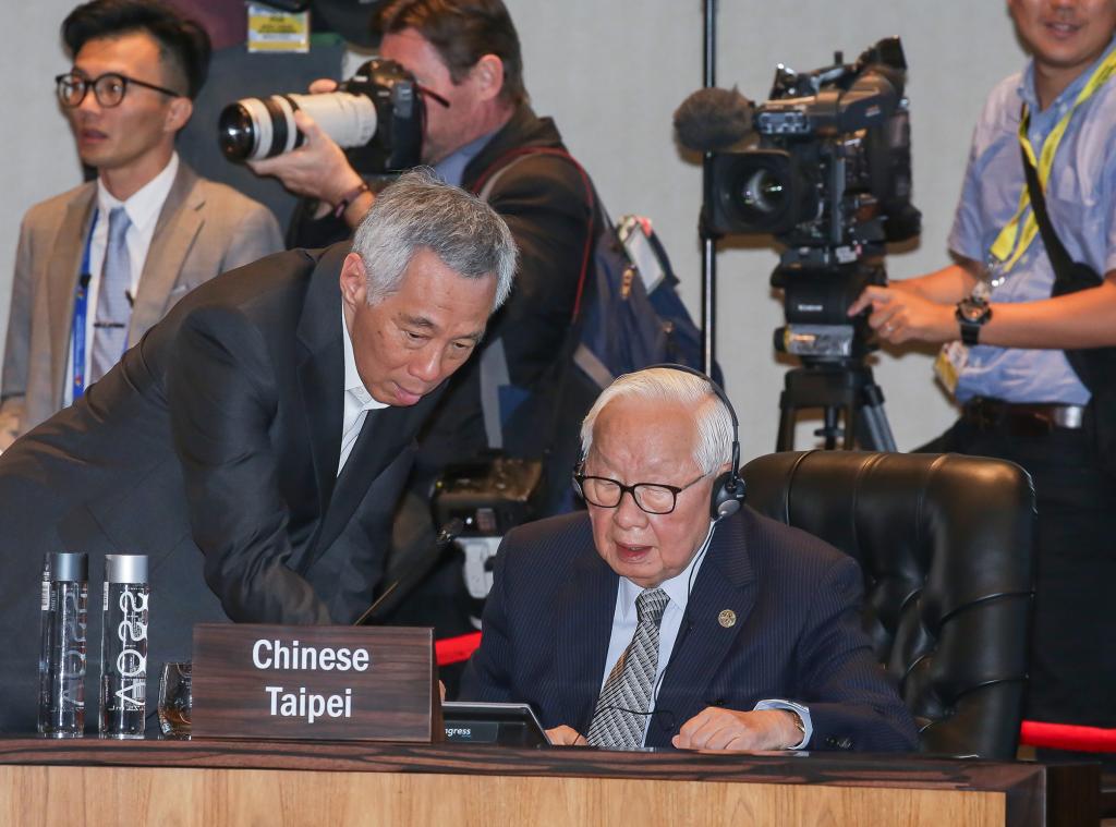 Morris Chang with Singapore PM Lee Hsien-long at APEC forum