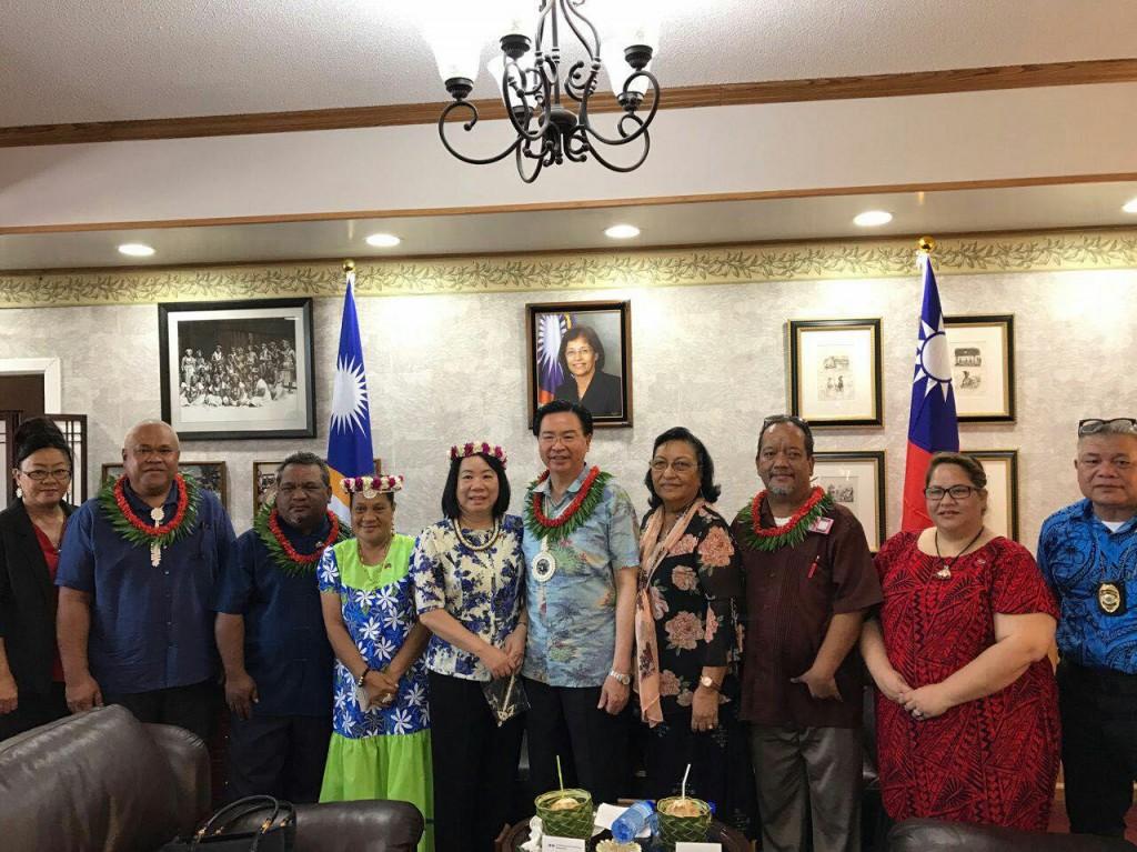 馬紹爾群島外貿部次長Bruce Kijiner(右三)率馬國政府重要成員歡迎外交部長吳釗燮伉儷來訪(照片來源:外交部提供)
