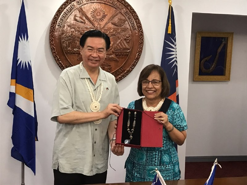 Foreign Minister Joseph Wu meets with President of the Marshall Islands Hilda C. Heine in Majuro on Nov. 20 (Source: MOFA)