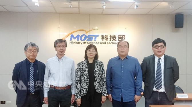 科技部21日舉辦研究成果發表記者會,宣布台灣物理團隊研發出超越摩爾定律的二維單原子層二極體。中央社記者潘姿羽攝 107年11月21日